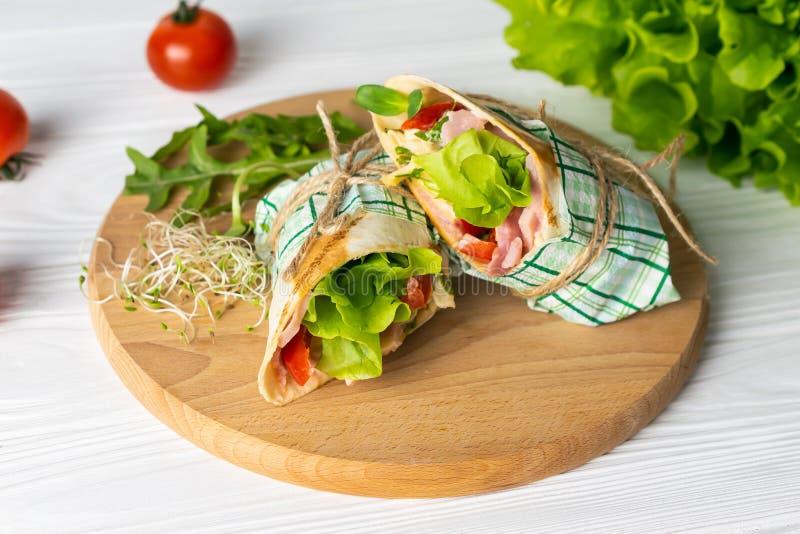 Shaurma envolveu o sandu?che com tomates presunto e queijo da alface imagem de stock