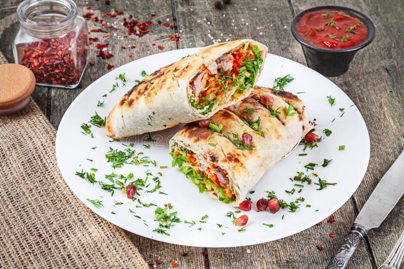 Shaurma, shawerma, kebab служило на белой плите с соусом Еда Vegan с falafel Арабская или восточная кухня Космос экземпляра, выбо стоковая фотография