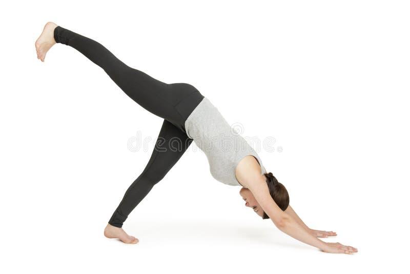 Shavasana cinzento do muka do adho da posição da mulher da ioga fotografia de stock