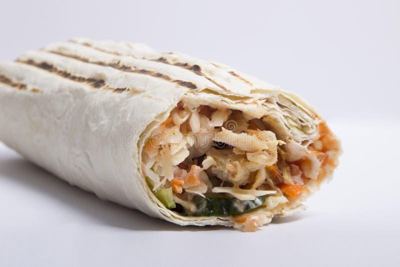 Shaverma на белой предпосылке очень вкусное сочное Shawarma стоковые фото
