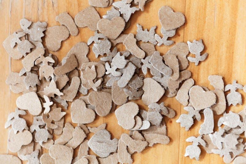 Shavings бумаги Брайна на древесине стоковые изображения rf