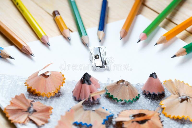 Shavings точилки для карандашей на белой бумаге задняя школа к стоковые фотографии rf