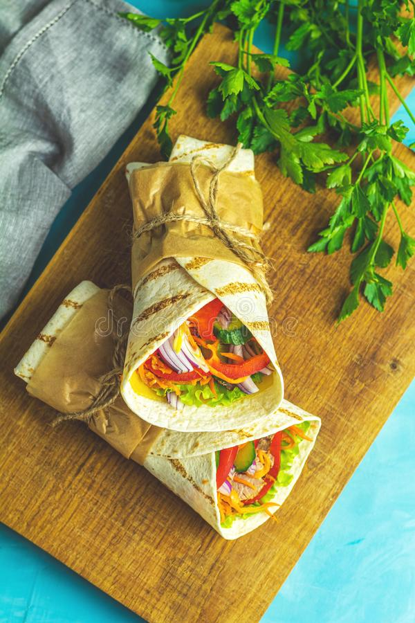Shawarma三明治用烤肉,菜,乳酪 库存照片