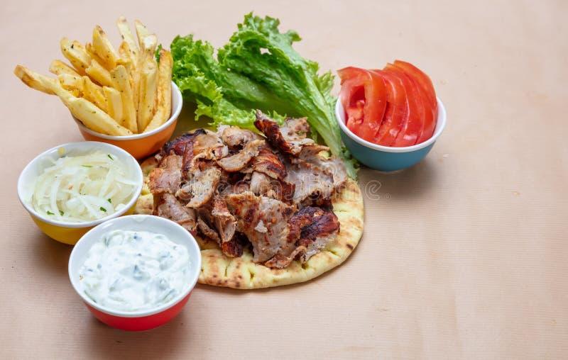 Shawarma,在皮塔饼面包、菜和tzatziki调味汁的电罗经 传统土耳其语,希腊肉食物 库存图片