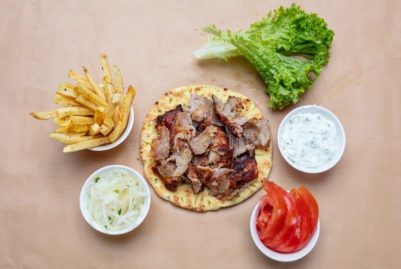 Shawarma,在皮塔饼面包、菜和tzatziki调味汁,顶视图的电罗经 传统土耳其语,希腊肉食物 免版税库存照片
