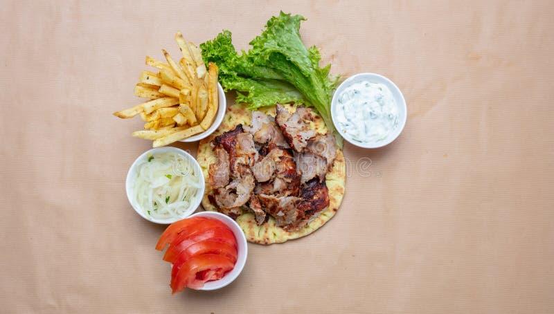 Shawarma,在皮塔饼面包、菜和tzatziki调味汁,顶视图的电罗经 传统土耳其语,希腊肉食物 库存图片