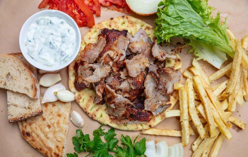 Shawarma,电罗经皮塔饼 传统土耳其语,在皮塔饼面包的希腊肉食物 免版税库存图片