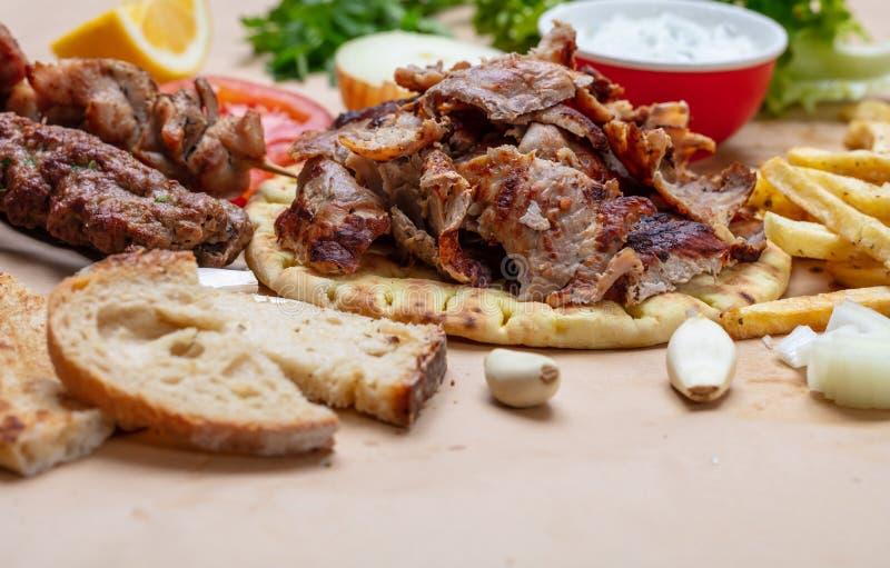 Shawarma,电罗经皮塔饼 传统土耳其语,在皮塔饼面包的希腊肉食物 免版税图库摄影