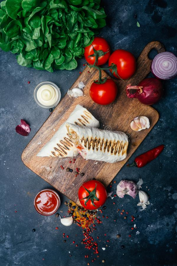 Shawarma ή doner περικάλυμμα Doner kebab Ψημένο στη σχάρα κοτόπουλο στο ψωμί pita lavash με τα φρέσκα λαχανικά - ντομάτες, πράσιν στοκ φωτογραφία με δικαίωμα ελεύθερης χρήσης