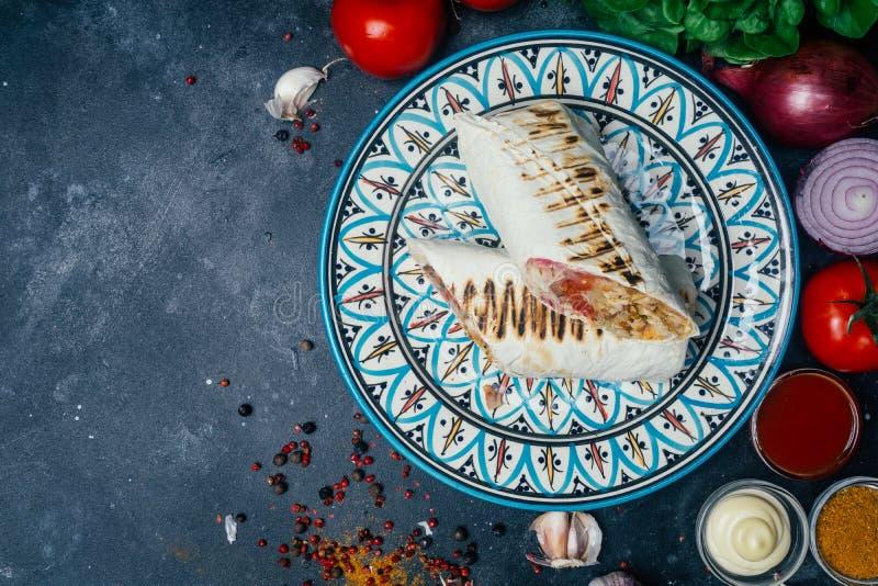 Shawarma ή doner περικάλυμμα Doner kebab Ψημένο στη σχάρα κοτόπουλο στο ψωμί pita lavash με τα φρέσκα λαχανικά - ντομάτες, πράσιν στοκ εικόνα