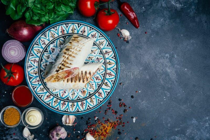 Shawarma ή doner περικάλυμμα Doner kebab Ψημένο στη σχάρα κοτόπουλο στο ψωμί pita lavash με τα φρέσκα λαχανικά - ντομάτες, πράσιν στοκ φωτογραφίες
