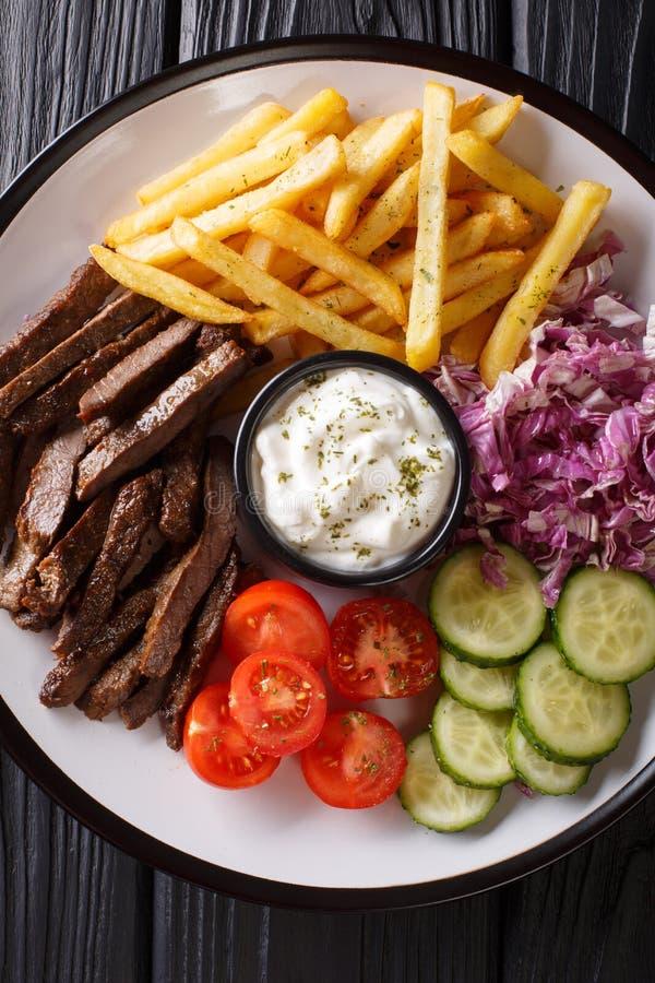 Shawarma βόειου κρέατος με τα λαχανικά και εξυπηρέτηση σάλτσας σε μια κινηματογράφηση σε πρώτο πλάνο πιάτων Κάθετη τοπ άποψη στοκ εικόνες