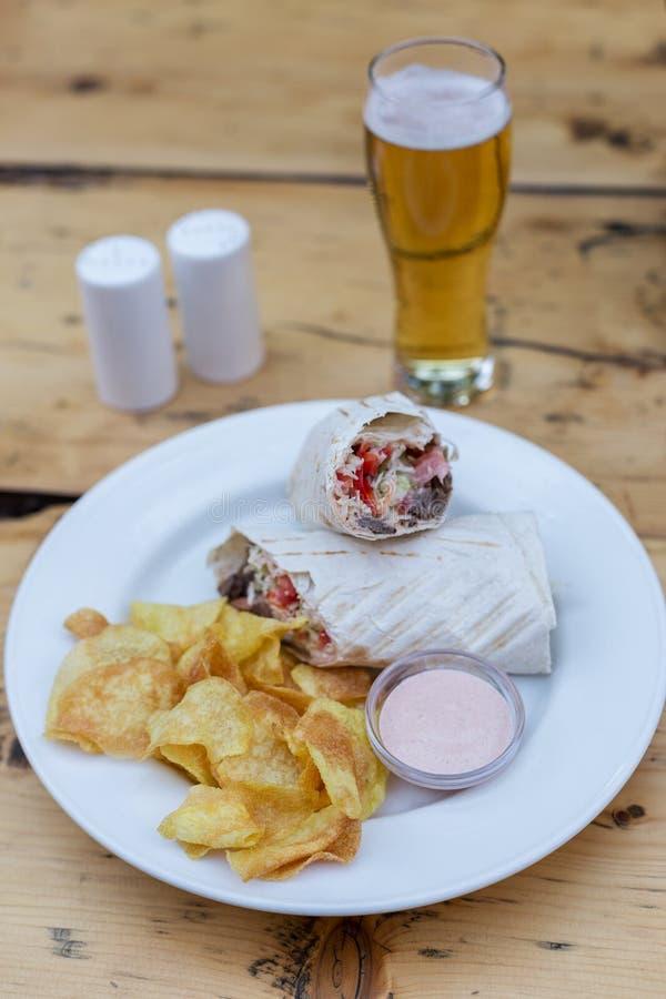 Shawarma με τα τσιπ και τη σάλτσα στοκ φωτογραφία με δικαίωμα ελεύθερης χρήσης