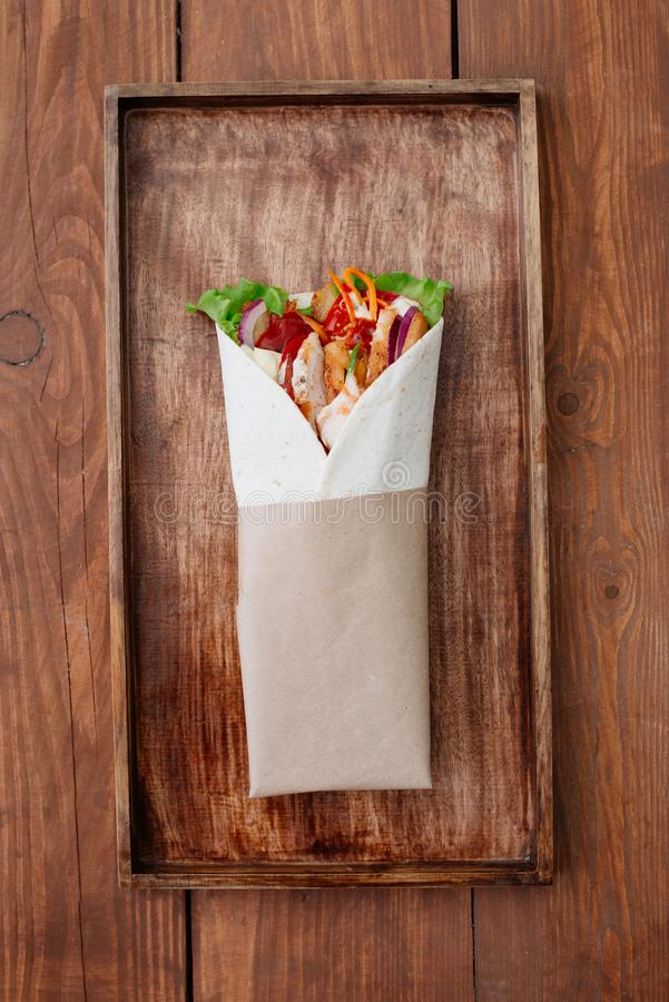 Shawarma σε έναν δίσκο στοκ εικόνα