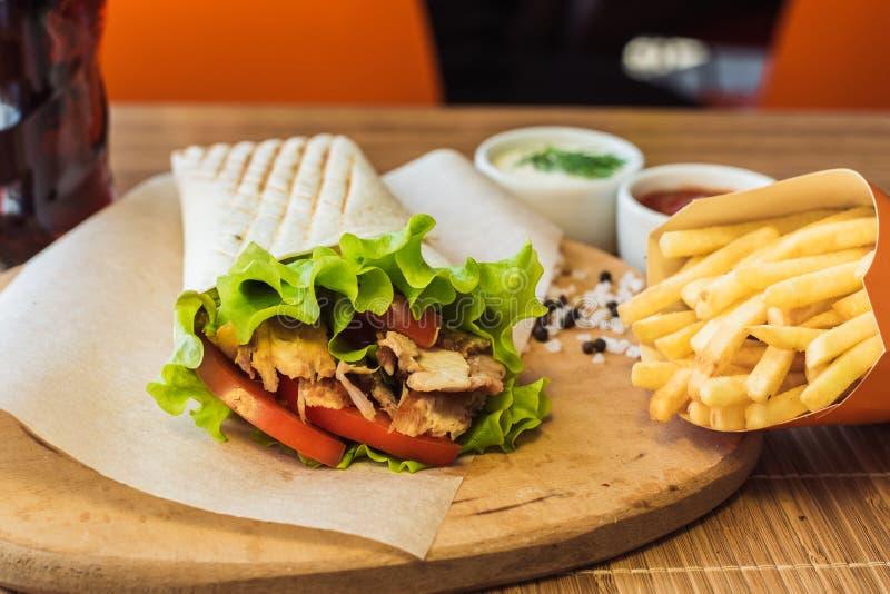 Shawarma и французский картофель фри стоковое изображение rf