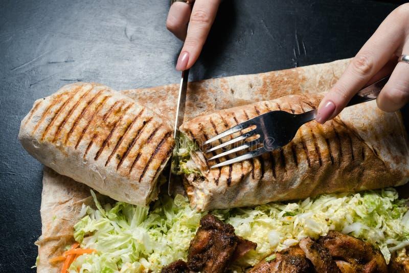 Shawarma пробуя традиционный фаст-фуд кухни стоковое изображение