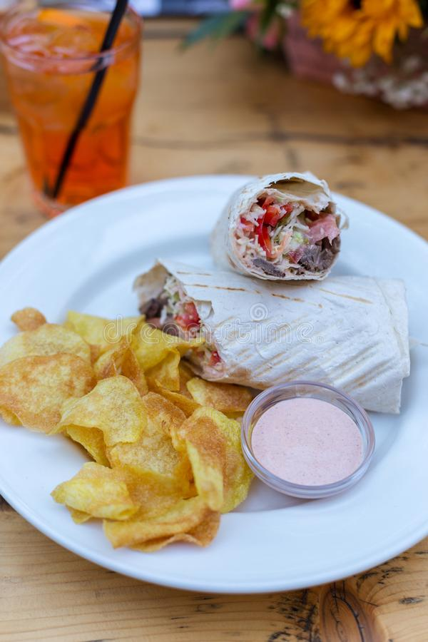 Shawarma avec du boeuf, des légumes, des frites et la sauce photo libre de droits