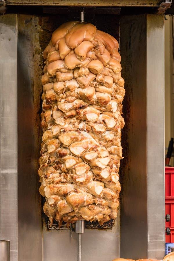 Shawarma che griglia sullo sputo fotografie stock