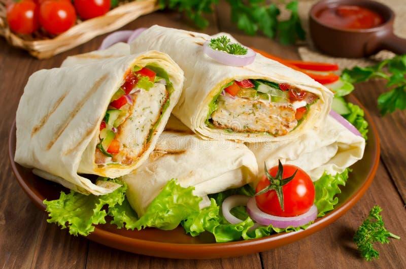 Shawarma com a carne e os vegetais envolvidos no pão do pão árabe imagem de stock royalty free