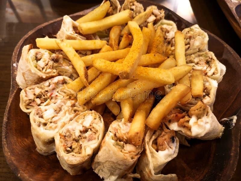 Shawarma délicieux de plat en bois - nourriture et fritures du Moyen-Orient image libre de droits