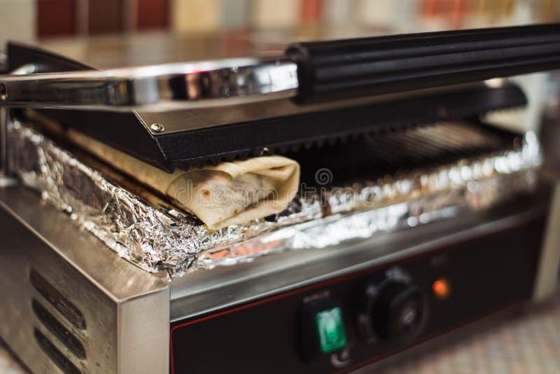 Shawarma doner在一个电烤箱烘烤了在便当餐馆 库存照片