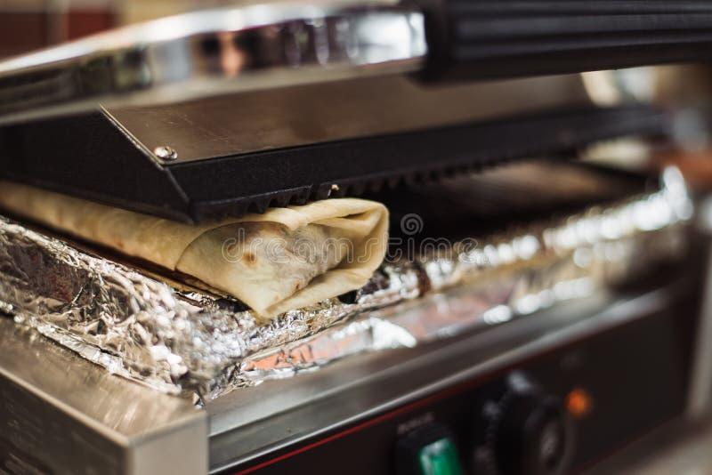 Shawarma doner在一个电烤箱烘烤了在便当餐馆 免版税库存图片