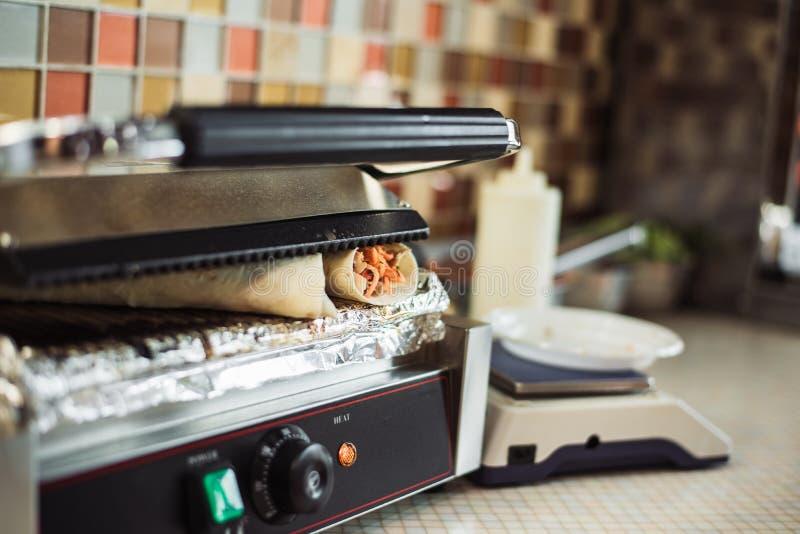 Shawarma doner bakade i en elektrisk ugn i en snabbmatrestaurang royaltyfri fotografi