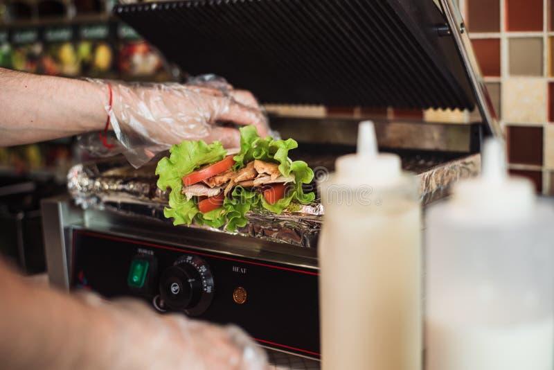 Shawarma doner bakade i en elektrisk ugn i en snabbmatrestaurang royaltyfri foto