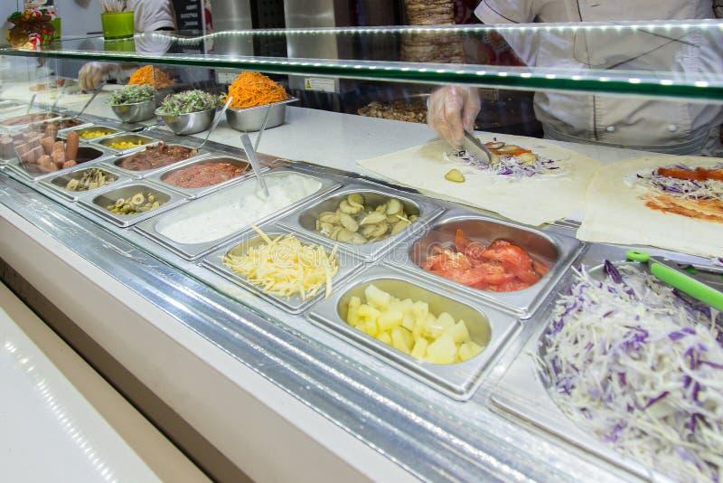 Shawarma-Hühnerrolle in einem Pittabrot mit Frischgemüse und Creme lizenzfreie stockbilder