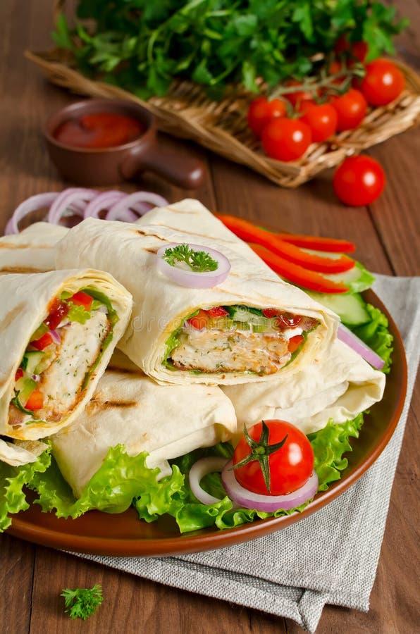 Shawarma met vlees en groenten in pitabroodje worden verpakt dat royalty-vrije stock foto