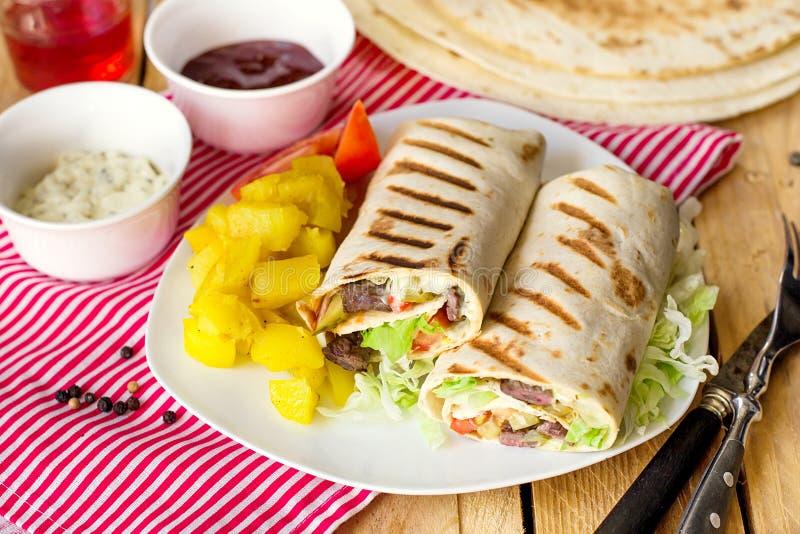 Shawarma opakunek z wołowiną i warzywami obrazy stock