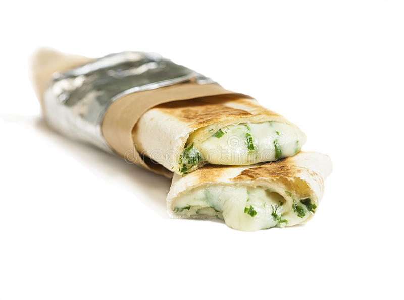 Shawarma ou no espeto do vegetariano com o envoltório do mozarella com vegetais imagem de stock royalty free