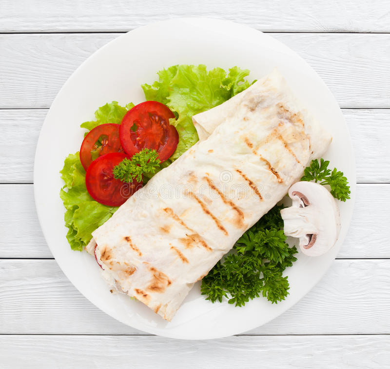 Shawarma Sandwichomslag van pitabroodje op plaat stock foto's