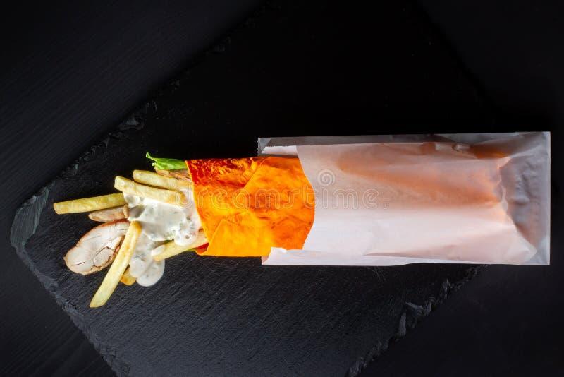 Shawarma sm?rg?s, Doner kebab i en orange kaka royaltyfri bild
