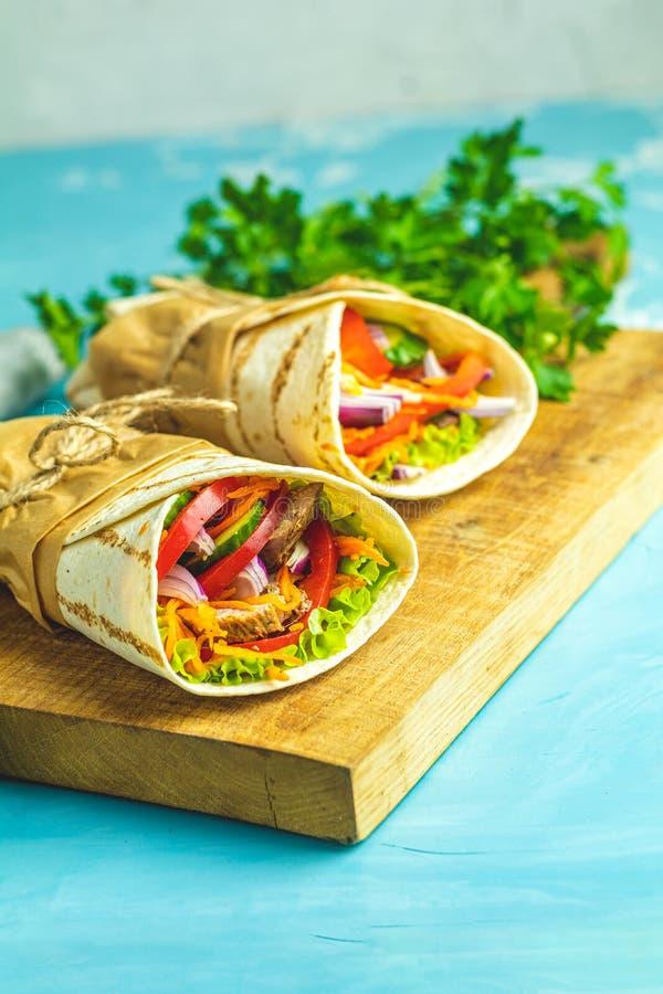 Shawarma sm?rg?s med grillat k?tt, gr?nsaker, ost royaltyfria bilder