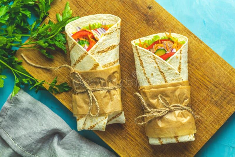 Shawarma, tacos al pastor, gyro eller gyros Traditionell mellanrumsnos i Mellanöstern fotografering för bildbyråer