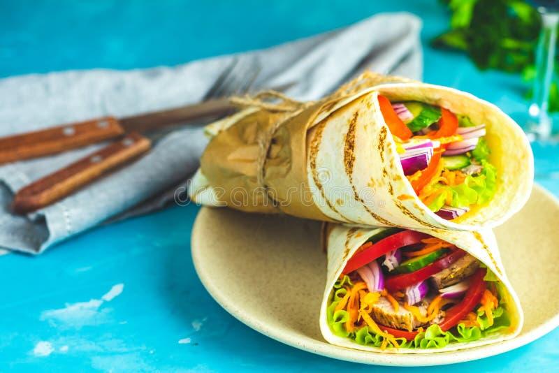 Shawarmasandwich met geroosterd vlees, groenten, kaas royalty-vrije stock afbeelding