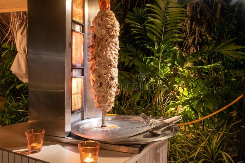 Shawarmavlees bij de internationale openluchtopstelling van het keukendiner bij het tropische eilandrestaurant royalty-vrije stock afbeeldingen