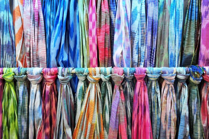 Shawles di seta variopinti sul mercato orientale immagine stock libera da diritti