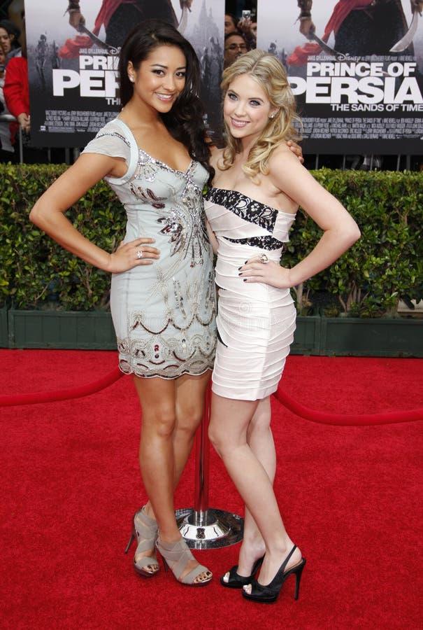 Shay Mitchell et Ashley Benson photo stock