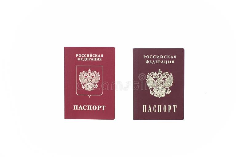 Shchelkovo, Federação Russa - 9 de março de 2019: Passaporte estrangeiro de dois passaportes e um passaporte nacional da Federaçã fotografia de stock royalty free