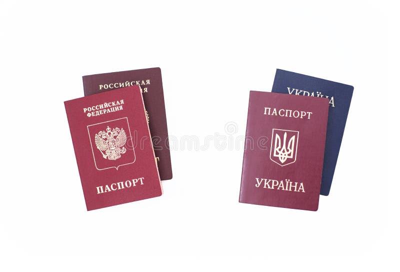 Shchelkovo, federacja rosyjska - Mar 09, 2019: cudzoziemski i krajowi paszporty mieszkana Ukraina i federacja rosyjska obrazy royalty free