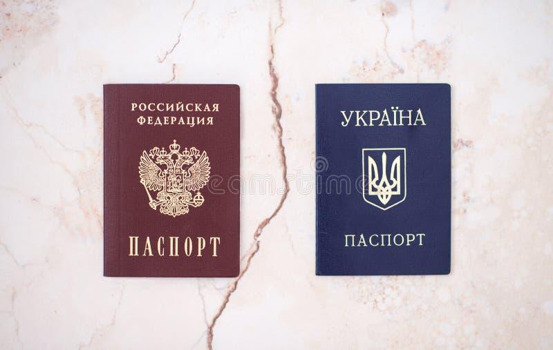 Shchelkovo rysk federation - Mars 09, 2019: ett från den ryska federationen nationellt pass och Ukraina på vit bakgrund royaltyfri fotografi
