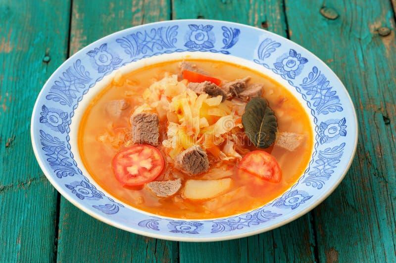 Shchi, sopa tradicional da couve do russo com carne, batatas, baía foto de stock