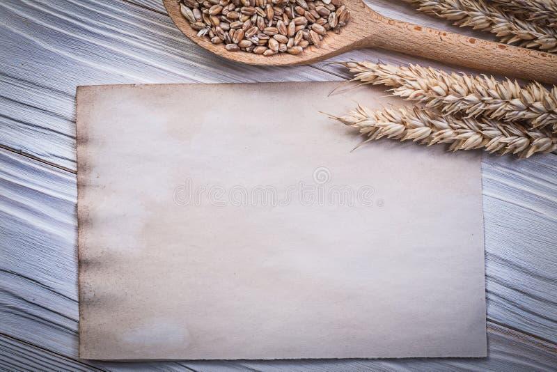 Shee золотого пробела ложки мозоли ушей рож пшеницы деревянного винтажное бумажное стоковая фотография rf
