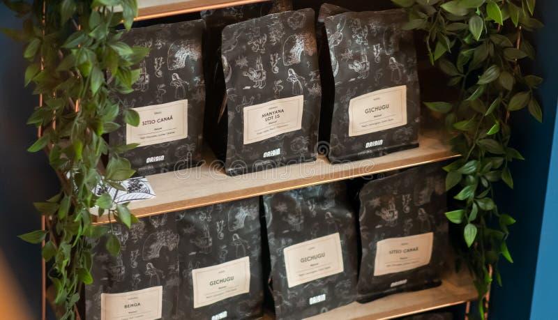 SHEEFIELD UK - 23RD MARS 2019: Ursprung hängt löst kaffe som är till salu på Coffika i Meadowhall royaltyfri foto