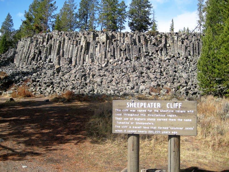 Sheepeater klippor med det förklarande tecknet royaltyfri bild