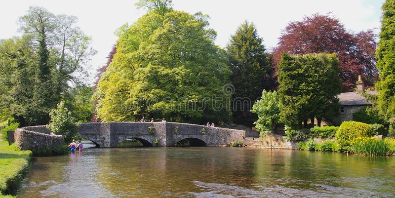 Sheepwash most w wodzie w Derbyshire, Anglia fotografia royalty free