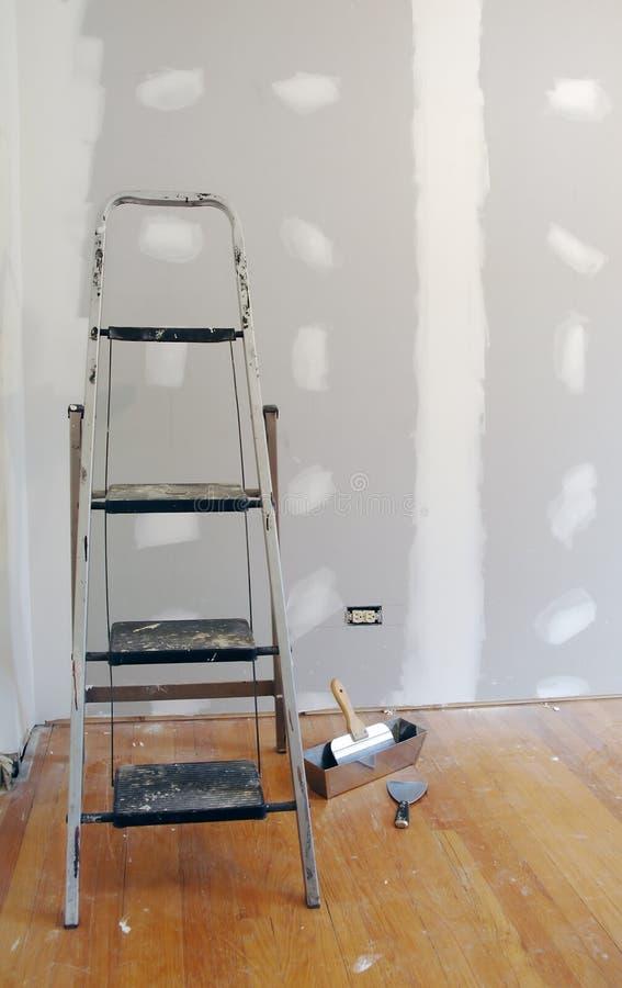 Sheetrock oder Trockenmauer und Strichleiter lizenzfreie stockbilder