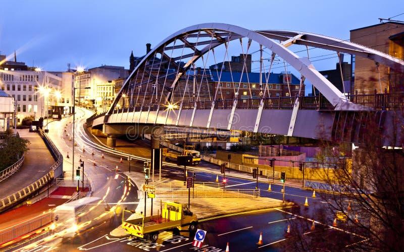 Sheffield-Förderwagen-Brücke bis zum Nacht stockbild